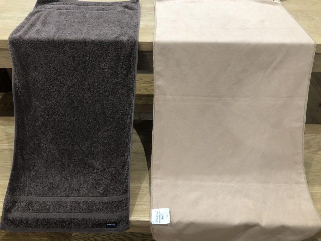 コットンタオル(左)とマイクロファイバータオル(右)
